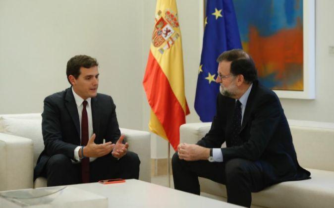 El presidente del Gobierno, Mariano Rajoy, y el líder de Ciudadanos,...
