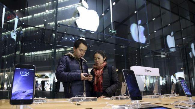 Pareja probando un iPhone 6 en un Apple Store de China