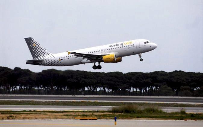 Avión de Vueling despegando del aeropuerto de El Prat.