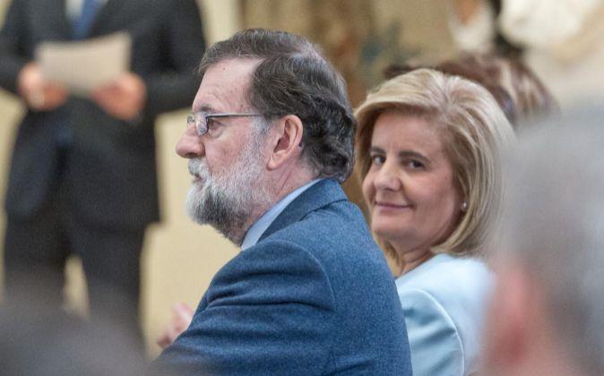 El presidente del Gobierno, Mariano Rajoy, acompañado por la ministra...