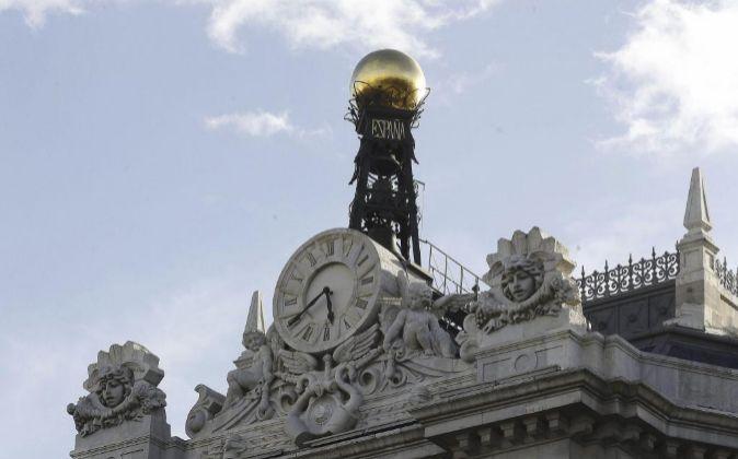 El reloj en la fachada de la sede del Banco de España, en la Plaza de...
