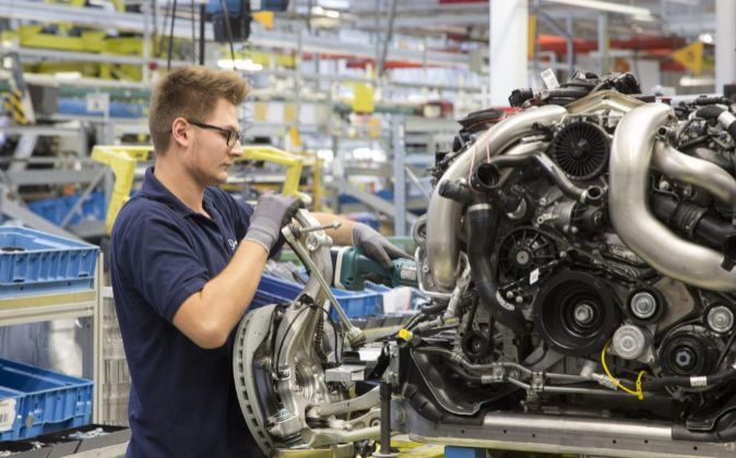 Un trabajador en la cadena de montaje de Mercedes en Stuttgart,...