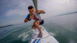 El piloto Dani Pedrosa navegando con su tabla de surf eléctrica. |...