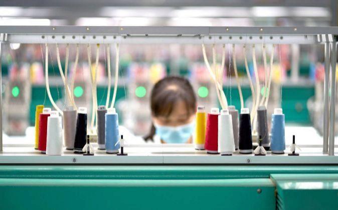 Trabajadora en una fábrica de Crystal Goup.