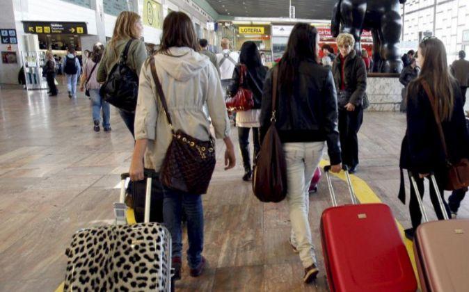 Un grupo de turistas ante la estatua de Botero, en el aeropuerto...