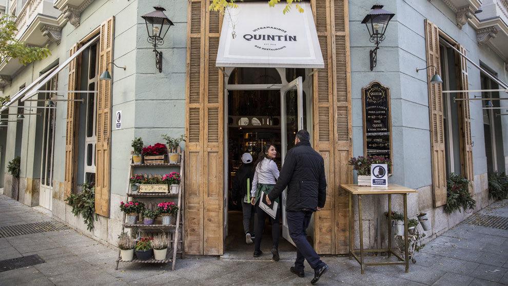 Ultramarinos Quintín, en la esquina más conocida de la calle Jorge...