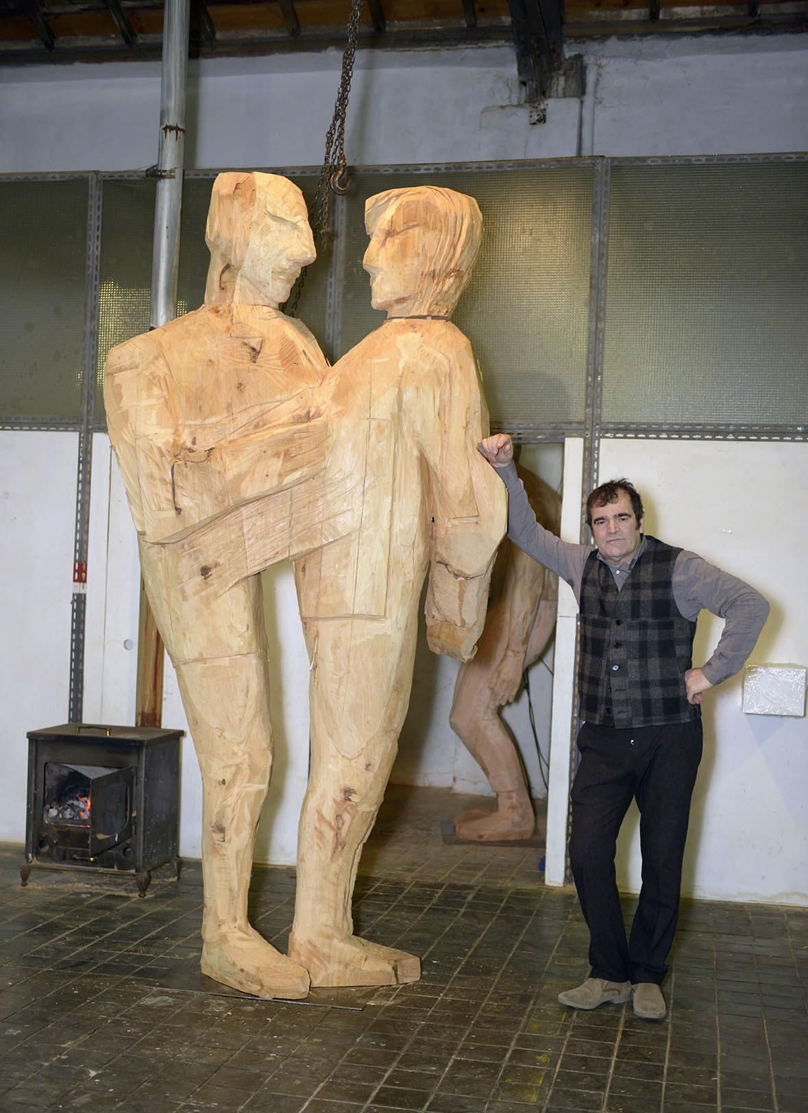 El artista Francisco Leiro con una de las obras en que trabaja...