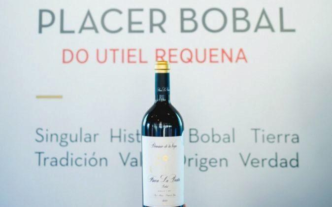 Una botella de vino de la DO en un acto promocional.