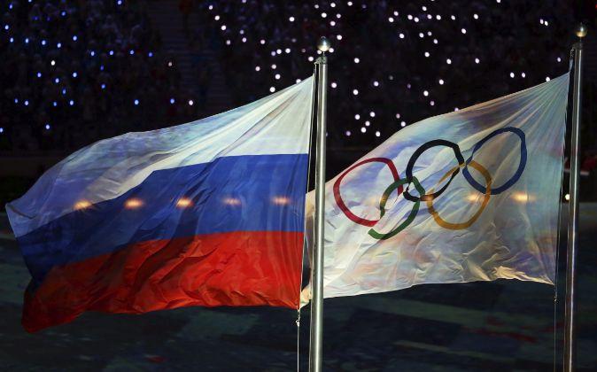La bandera de Rusia junto a la olímpica.