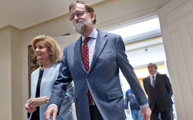 Rajoy y Fátima Bañez durante la firma del acuerdo social para la...
