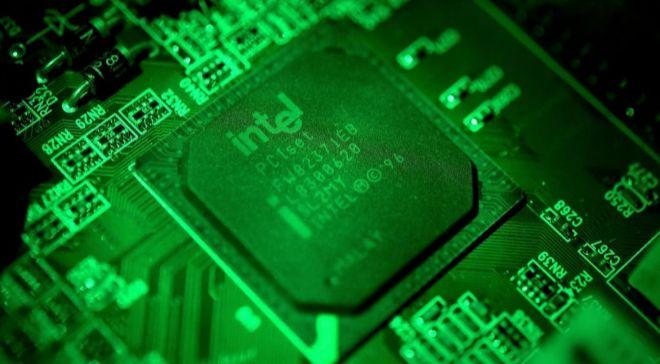 Fotografía en primer plano que muestra una placa de una computadora...