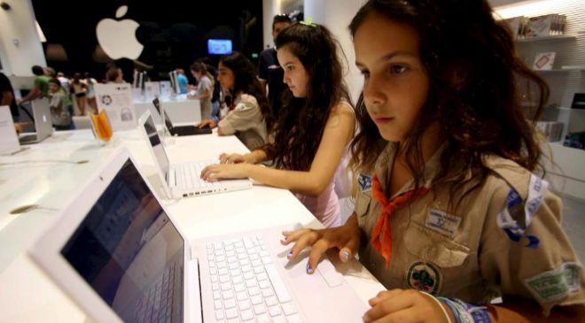 Una niña israelí usa un ordenador de la marca Apple en una nueva...