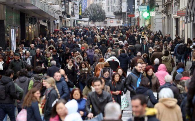 Cientos de personas transitan la madrileña calle Preciados.