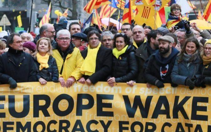 El expresidente de la Generalitat Carles Puigdemont (4i), el...