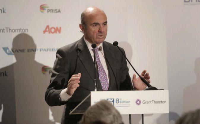 El ministro de Economía, Luis De Guindos, preside el...