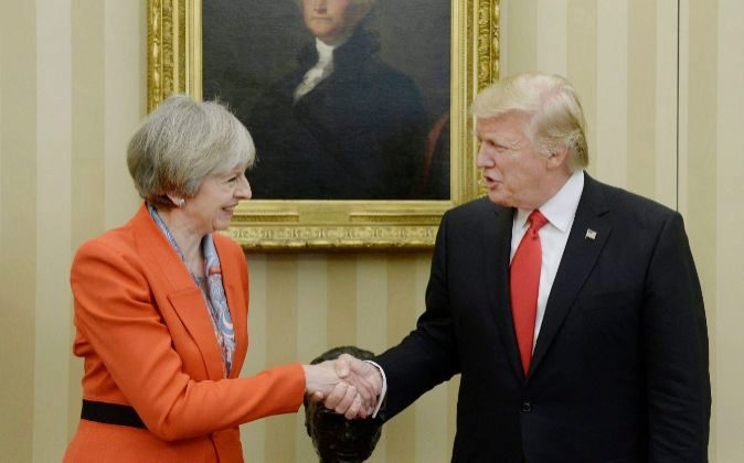 La primera ministra de Reino Unido, Theresa May, y el presidente de...
