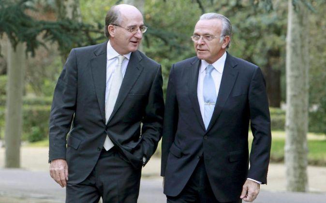 A la izquierda Antonio Brufau, presidente de Repsol, y la derecha...