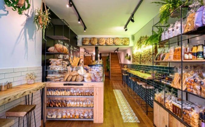 El espacio combina los formatos de tienda y comedor.