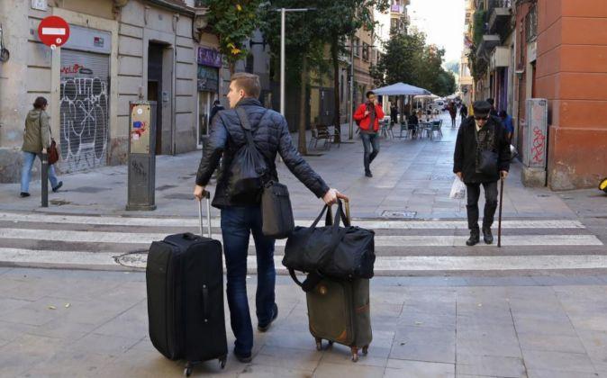 Un turista en un céntrica calle de Barcelona el pasado noviembre.
