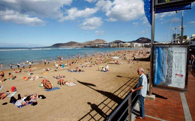 Cientos de bañistas toman el sol en la playa de Las Canteras, en Las...