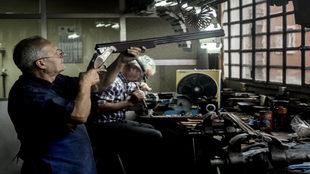 Juan Martín desempeñando sus tareas de montaje, revisión y...