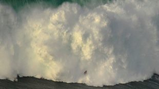 Un surfista, durante la sesión del 1 de enero en Praia do Norte.