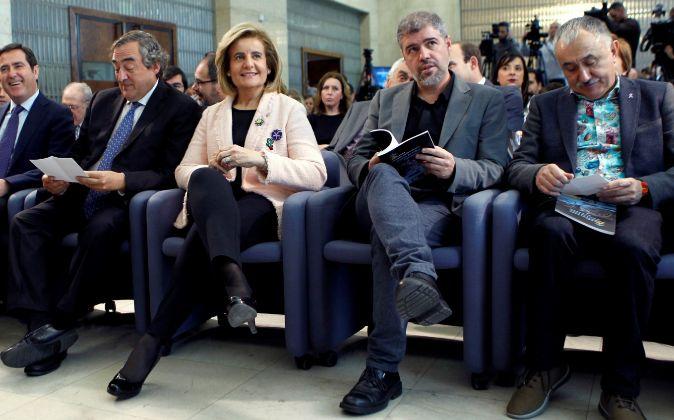 La ministra de Empleo y Seguridad Social, Fátima Báñez, y los...