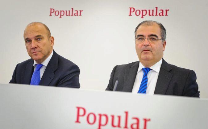 El expresidente de Popular Ángel Ron (dcha.) y Pedro Larena,...