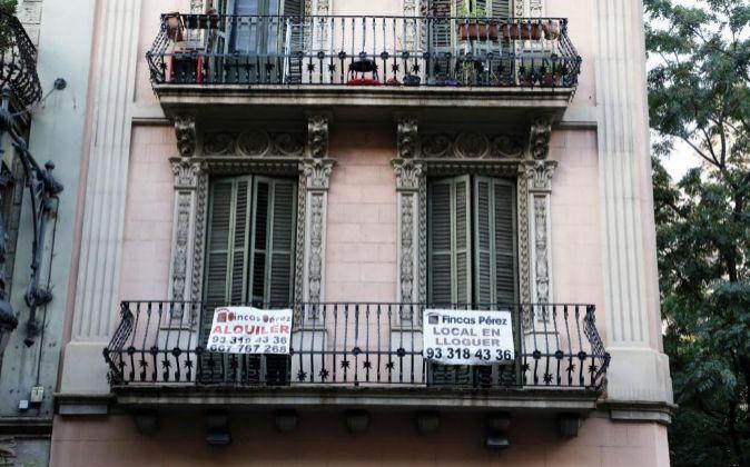 Carteles de viviendas en alquiler en Barcelona.