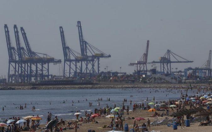 Vista general del puerto de Valencia desde la playa de la Malvarrosa.