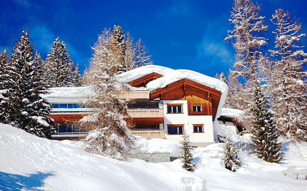 Una villa en la localidad suiza de Davos, al pie de la montaña...