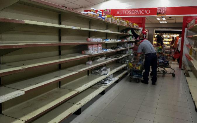 En la imagen, lineales casi vacíos en una tienda de Caracas.