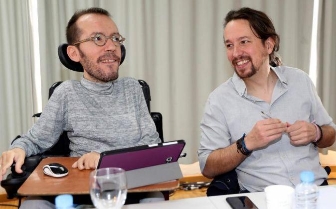 El secretario general de Podemos, Pablo Iglesias, y el secretario de...