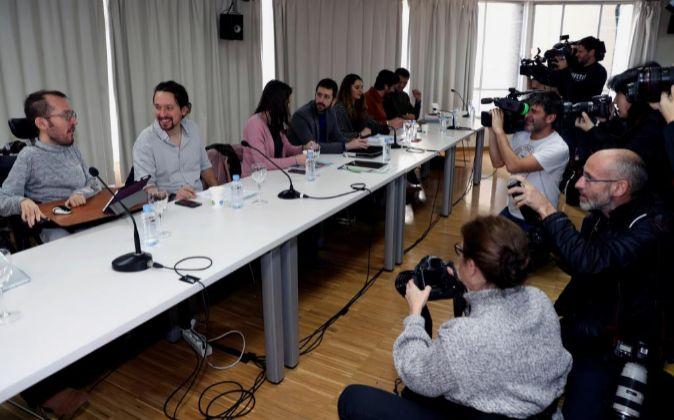 El secretario general de Podemos, Pablo Iglesias (2i), y el secretario...