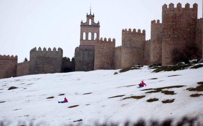 -Aspecto que presentaba hoy la muralla de Ávila una semana después...