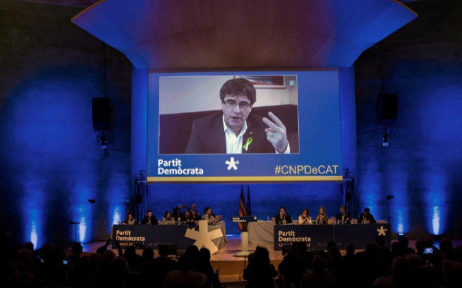Carles Puigdemont (c), interviene durante el consell nacional del...