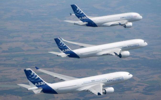 Aviones Airbus (de arriba a abajo), A320, A330, A350-500 volando en...