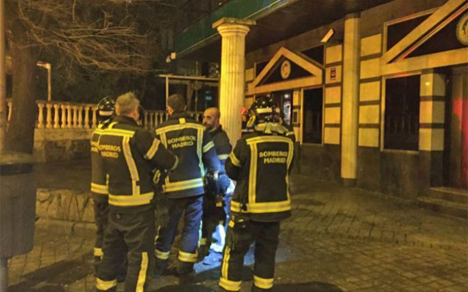 Bomberos en la puerta de la discoteca afectada por el derrumbe.