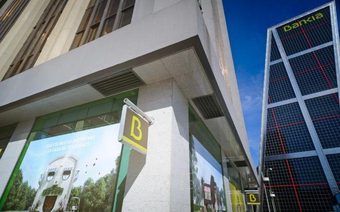 Sucursal de Bankia con publicidad de hipotecas junto a sus oficinas de...