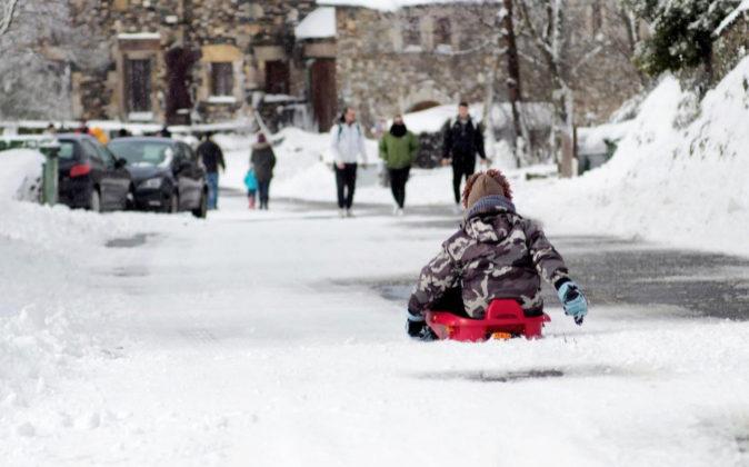 Varios visitantes disfrutan de una jornada en la nieve en la localidad...