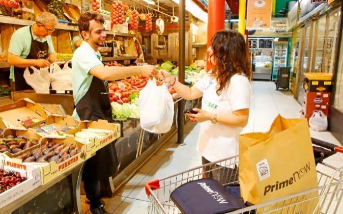 Una trabajadora de Amazon recoge un pedido en el Mercado de la Paz de...