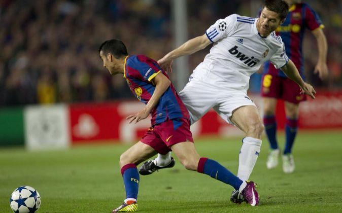 El delantero del F.C. Barcelona Pedro Rodríguez (i) avanza con el...