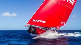 El Mapfre, en su ascenso por el Pacífico rumbo a Hong Kong en una...