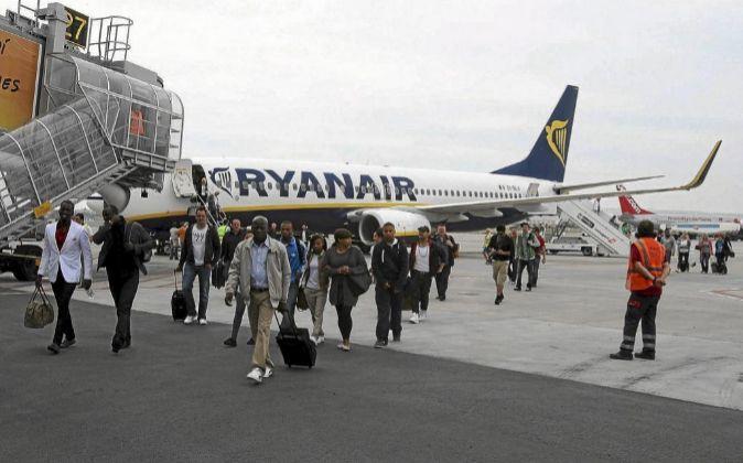 Pruebas de embarque y desembarque de Ryanair a pie de pista en...