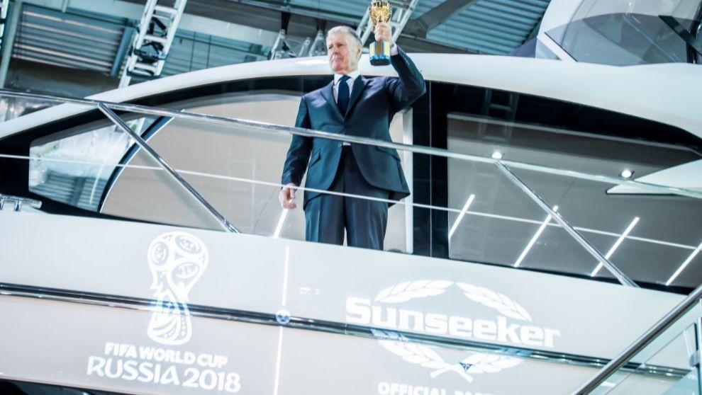 Sir Geoff Hurst, con una réplica del trofeo Jules Rimet, a bordo de...