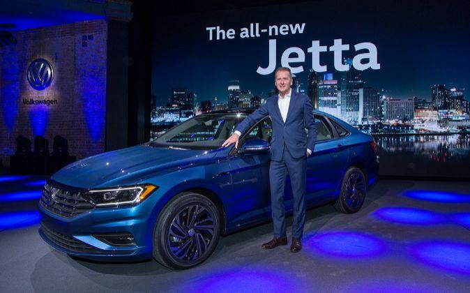 Herbert Dïess, consejero delegado de la marca Volkswagen junto al...