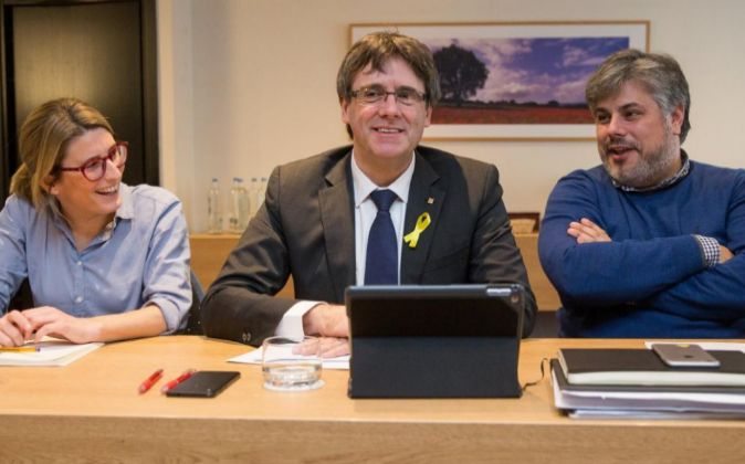 El expresidente catalán Carles Puigdemont (c) posa junto a la...