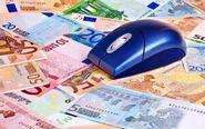 Ratón de ordenador encima de billetes de euro.