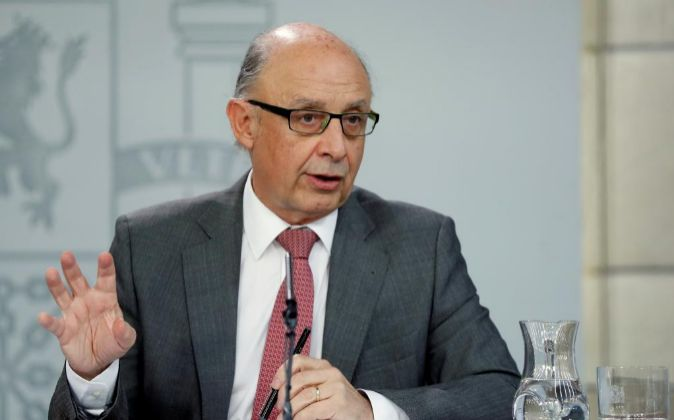 El ministro de Hacienda, Cristóbal Montoro, en una rueda de prensa...