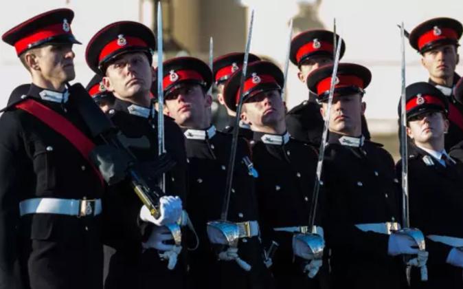 En busca de algunos hombres no blancos: desfile de una promoción de...